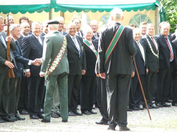 Skyttekongen hilser på æredsmedlem sølvskatmeter Karl Koch og tidl. formand Hans Lund